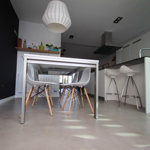 Cocinas de Microcemento con mesa