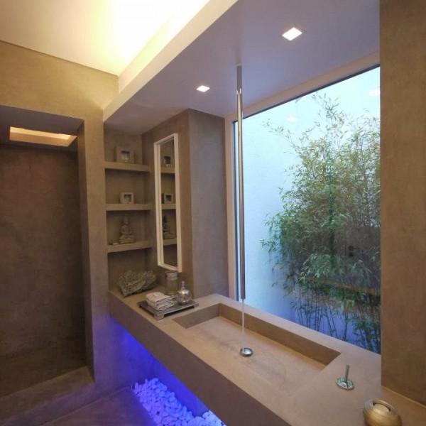 Baños de Microcemento con pica y mueble