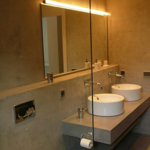 Baños de Microcemento con repisa y pared