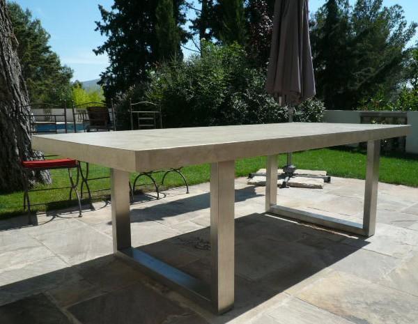 Muebles de microcemento en mesa exterior