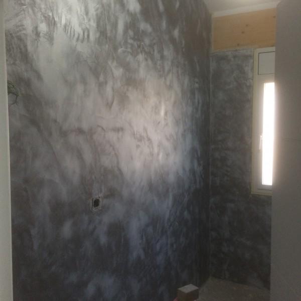 Microemento en paredes de un baño