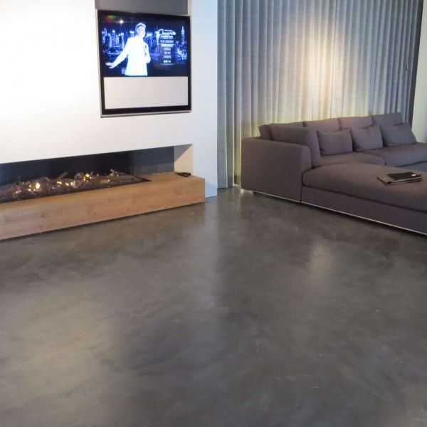 Suelo de microcemento en gran sala de estar